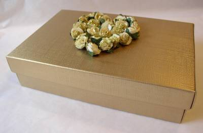 gold_gift_box_with_full_heart
