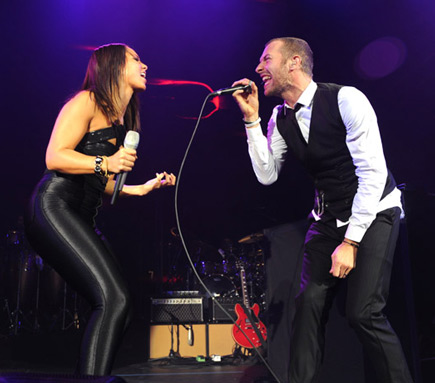 Alicia Keys performs with Coldplay's Chris Martin