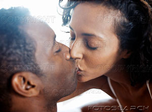 black-couple-kissing-amr004