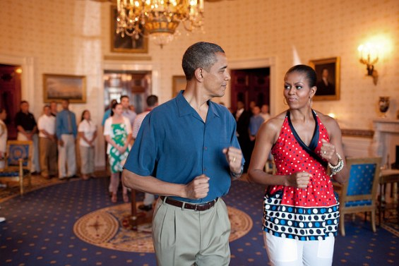 michelle-obama-and-barack-obama-pretend-to-march-to-music-on-july-4-in-white-house1