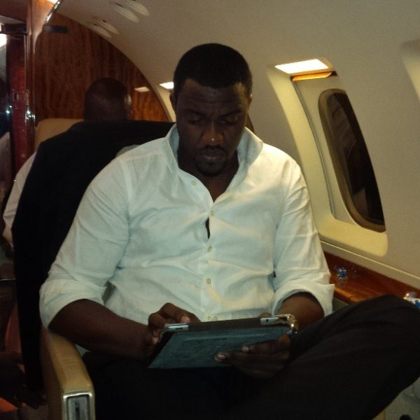 john-dumelo-in-private-jet