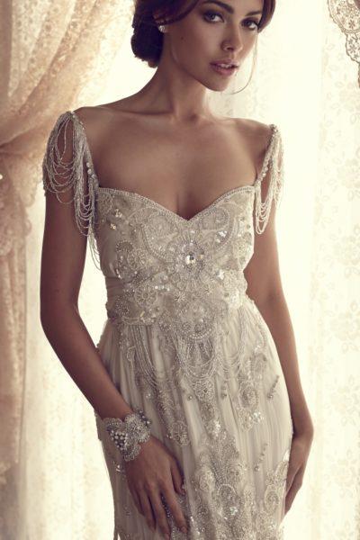 Старинные свадебные платья ошеломляющие и неописуемо красивы. Кружево, стразы, атлас, жемчуг и