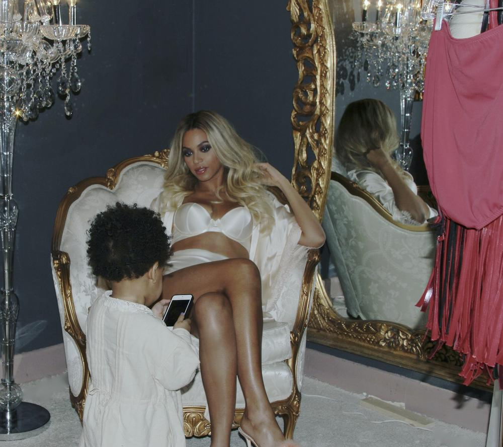 At Home with Beyoncé & Blue Ivy Carter! See the Sexy ...
