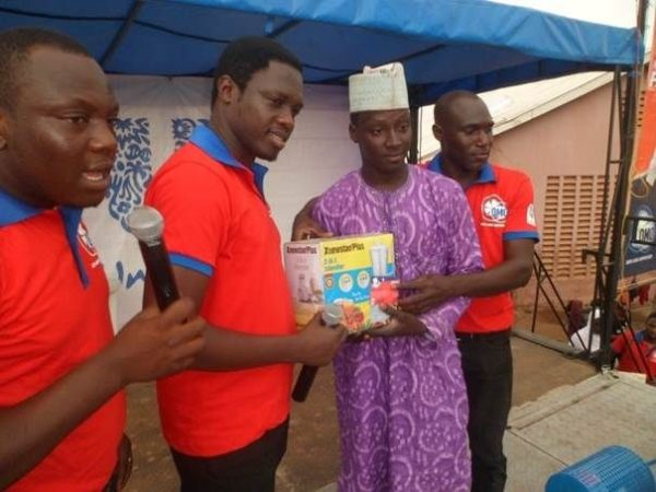 Ali Nuhu rewarding a lucky winner in Sokoto State
