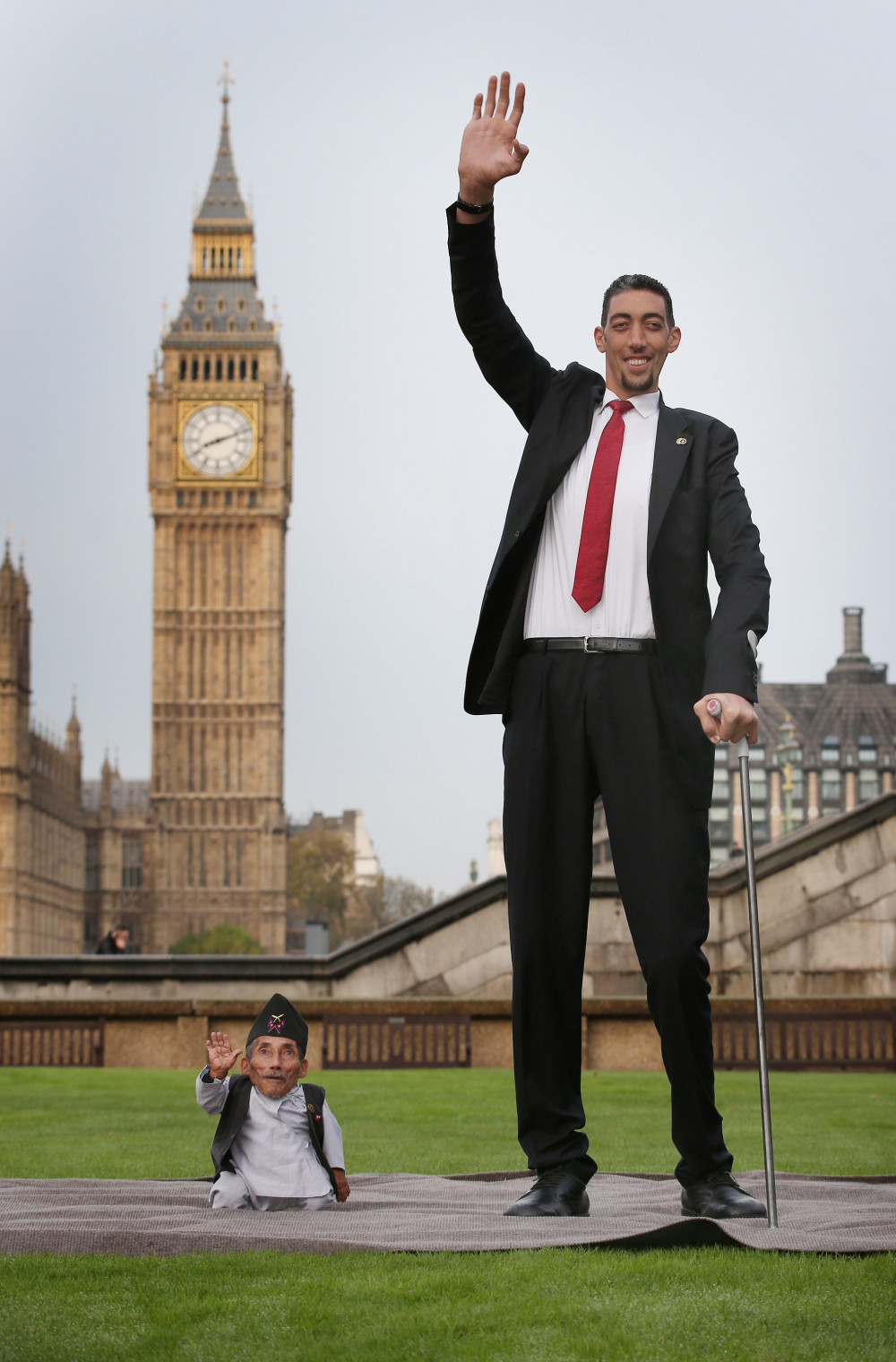Aww Worlds Tallest And Shortest Men Meet For Guinness