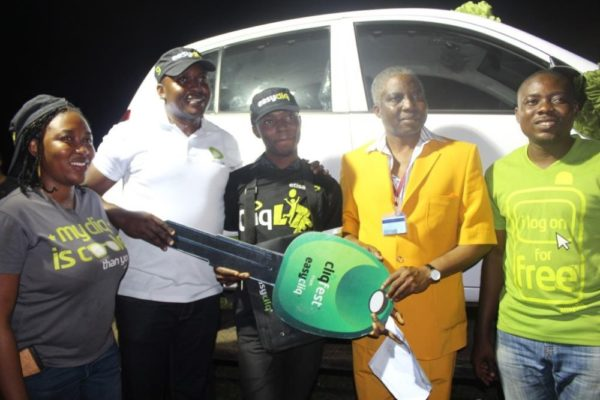 Ibrahim Olaribigbe Yusuf receiving the keys o his brand new car