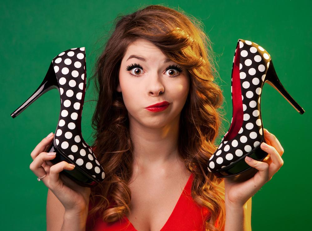Девушка с туфлями в руках картинки