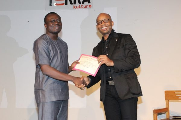 Uzoma Dozie, CEO, Diamond Bank presenting certificate to  Seun Onigbinde of Budgit