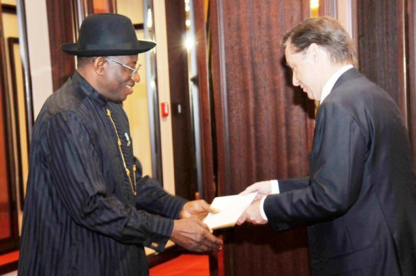 PIC.1. PRESIDENT JONATHAN RECEIVES LETTER OF CREDENCE FROM NEW AMBASSADOR IN