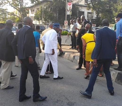 Ambode helps accident victim 1
