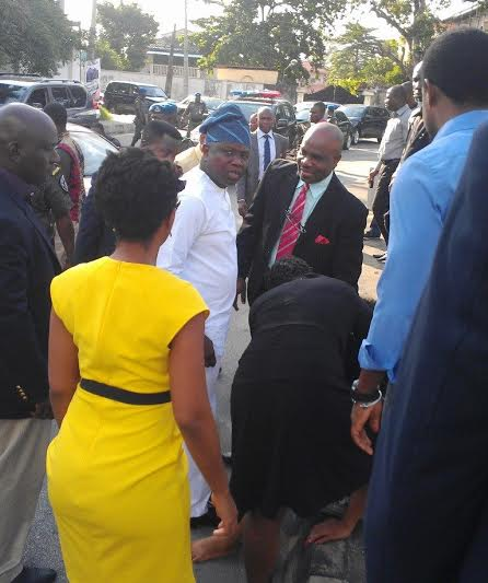 Ambode helps accident victim 2