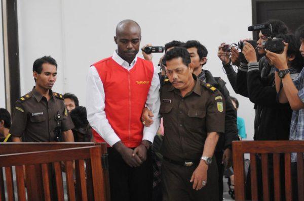 Terdakwa sindikat narkotika Uzoma Elele Alpha (tengah) bersiap mengikuti sidang dengan agenda pembacaan vonis di Pengadilan Negeri Kota Depok, Jawa Barat, Senin (6/7). Majelis hakim memvonis WNA asal Nigeria pengedar sabu seberat 7.075,9 gram serta kepemilikan ganja seberat 301,1 gram tersebut dengan hukuman seumur atau lebih ringan dibandingkan tuntutan mati yang diberikan JPU Kejari Depok. ANTARA FOTO/Indrianto Eko Suwarso/ed/nz/15