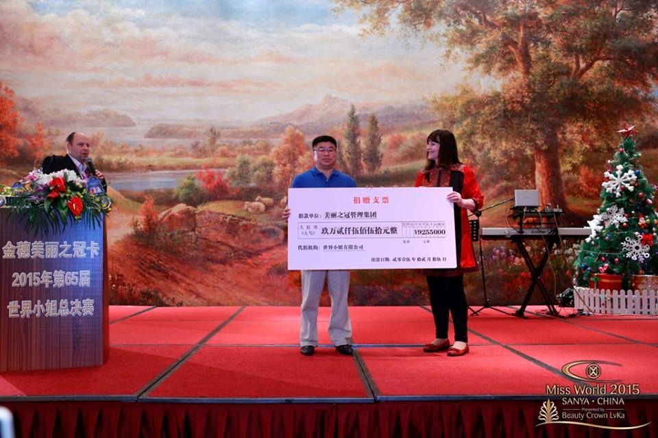 First cheque presented by the Beauty Crown Hotel, ¥92,550 ($14,000), money raised through ticket and food and drink for the night.