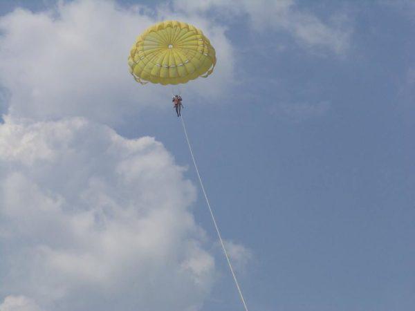 Hils parasailing