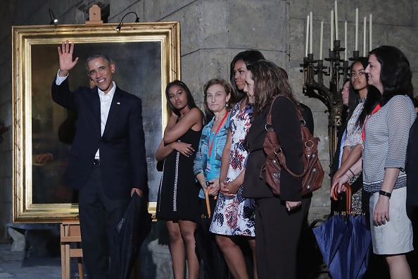 HAVANA, CUBA - MARCH 20:  U.S. President Barack Obama (L), first lady Michelle Obama (4th L) and their daughters Malia (2nd R), 17, and Sasha (2nd L), 14, stop to look at a painting of Abraham Lincoln in the Museum of the City of Havana during a walking tour of the historic Old Havana March 20, 2016 in Havana, Cuba. Obama is the first sitting president to visit Cuba in nearly 90 years.  (Photo by Chip Somodevilla/Getty Images)