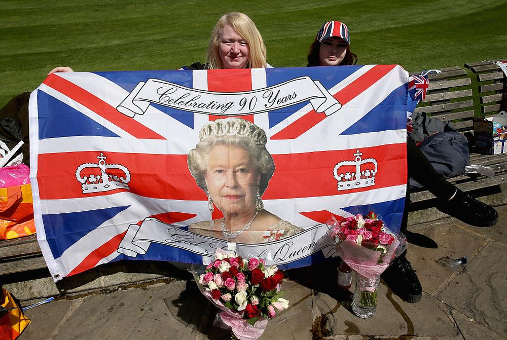 WINDSOR, ENGLAND - APRIL 20: Royal fans prepare for the Queen's 90th Birthday outside Windsor Castle ahead of the Monarch's 90th Birthday tommorow on April 20, 2016 in Windsor, England. The Queen and Duke of Edinburgh are carrying out engagements in Windsor ahead of the Queen's 90th Birthday tommorow. (Photo by Chris Jackson/Getty Images)