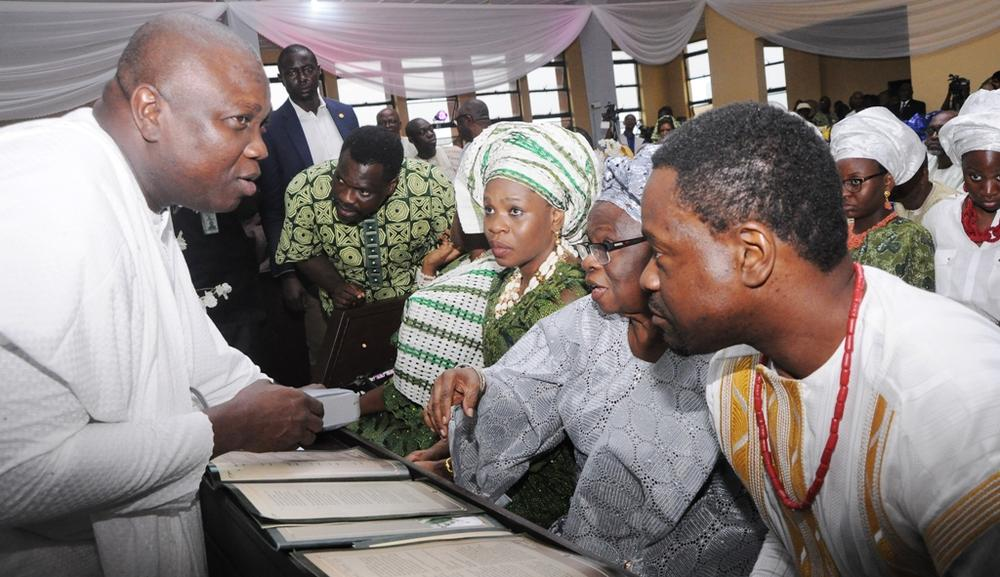 Governor Akinwunmi Ambode, Wife of the deceased, Dr. Grace Braithwaite (2nd right); Son, Dr. Olumide Braithwaite (right) and Daughter, Ebunolu Adeosun (3rd right)