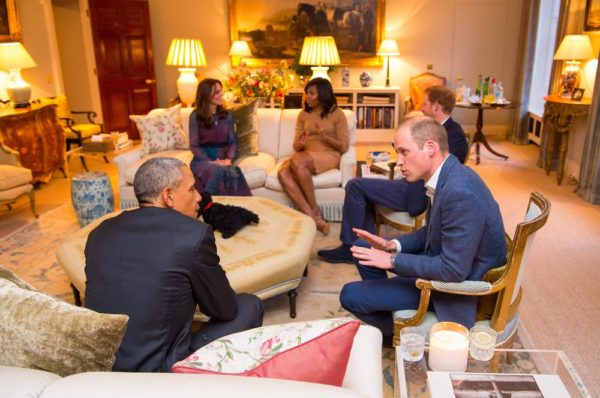 LONDON, ENGLAND - APRIL 22: Prince William, Duke of Cambridge speaks with US President Barack Obama as Catherine, Duchess of Cambridge speaks with First Lady of the United States Michelle Obama and Prince Harry in the Drawing Room of Apartment 1A Kensington Palace as they attend a dinner on April 22, 2016 in London, England.  The President and his wife are currently on a brief visit to the UK where they attended lunch with HM Queen Elizabeth II at Windsor Castle and later will have dinner with Prince William and his wife Catherine, Duchess of Cambridge at Kensington Palace. Mr Obama visited 10 Downing Street this afternoon and held a joint press conference with British Prime Minister David Cameron where he stated his case for the UK to remain inside the European Union. (Photo by Dominic Lipinski - WPA Pool/Getty Images)