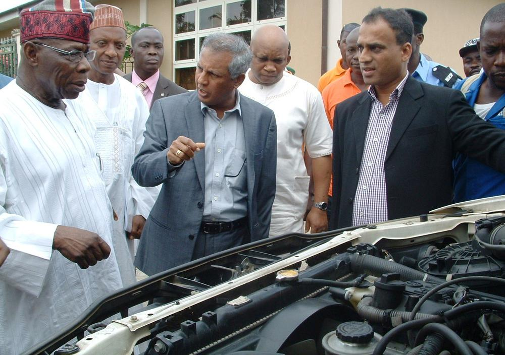 PIC.20. FROM LEFT: FORMER PRESIDENT OLUSEGUN OBASANJO; MANAGING DIRECTOR, NIPCO PLC,  VENKATARAMAN VENKATAPATHY, AND PROJECT MANAGER, NIPCO PLC, RAJESH PRABHU, DURING THE  INSPECTION OF VEHICLES USING COMPRESSED NATURAL GAS/LIQUEFIED PETROLEUM GAS AN  INITIATIVE OF GREEN GAS LTD IN OGUN ON SUNDAY(12/6/16). 4201/12/6/2016/WAS/HB/NAN/