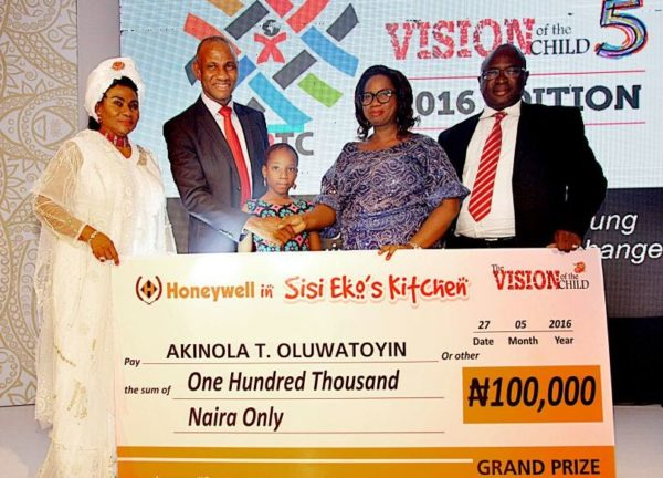 L-R: Erelu Kuti of Lagos, Erelu Abiola Dosumu, Executive Director Marketing, Honeywell Flour Mills Plc, Mr. Benson Evbuomwan; Winner Honeywell in Sisi Eko's Kitchen Picture Contest, Mrs. Akinola Oluwatoyin with daughter, Tolani and Executive Director Supply Chain HFMP, Mr. Rotimi Fadipe; during presentation of cheque to Oluwatoyin, at the of Vision of the Child (VoTC) event co-sponsored by Honeywell
