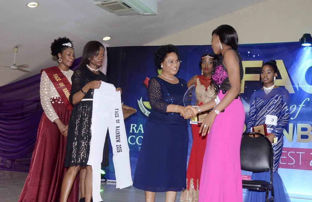 Proprietor, Mrs O.O Odunlami congratulating the Winner