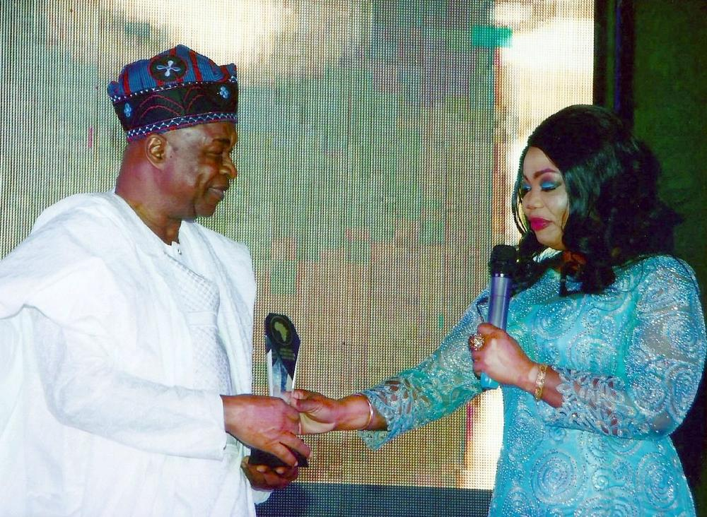 WALE ADENUGA MFR BEING PRESENTED WITH THE BEST AFRICAN TV PRODUCER AWARD