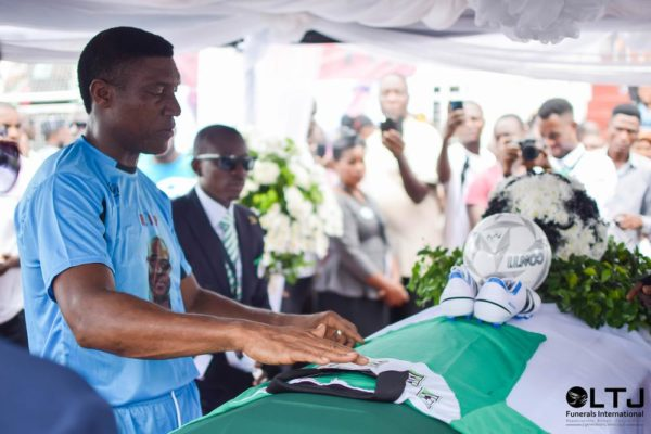 Day 1 Zvi - Peter Rufai placing the team jersey on the casket, in tears