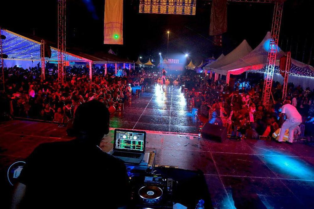 BellaNaija - WATCH: Wizkid performs for Thousands in Nairobi under Rainy Conditions