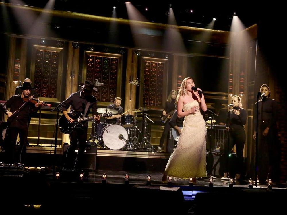 "Mily Cyrus honors Las Vegas victims with performace of ""No Freedom"" & ""The Climb"" on The Tonight Show with Jimmy Fallon 