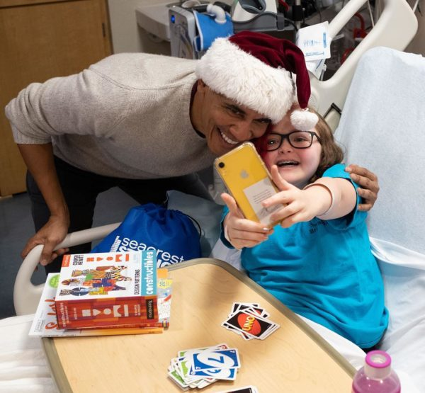 Clad in a Santa cap, Obama visits DC children's hospital