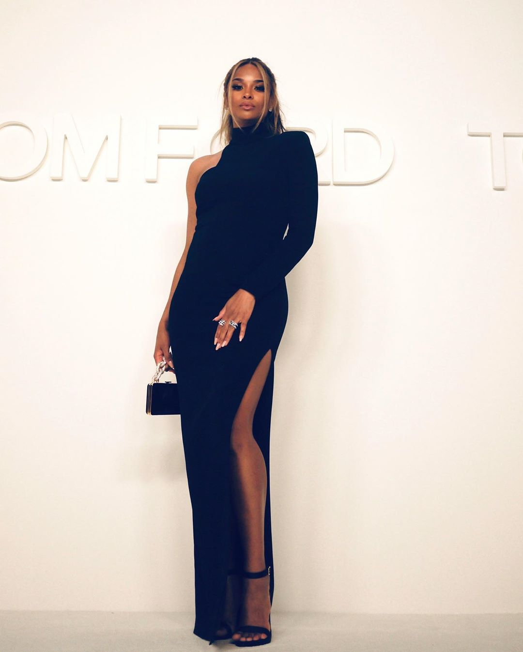 Pregnant Ciara documents husband Russell Wilson cutting her out of dress
